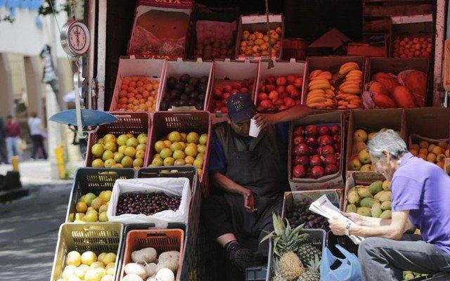 Reuters-hombre-fruta-640x400