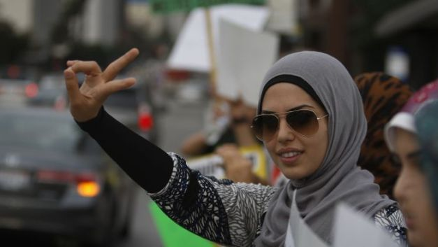 130423202813-obeidallah-muslim-peace-sign